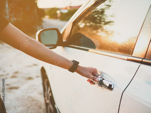 Obraz hand open the door of a car on the road - fototapety do salonu