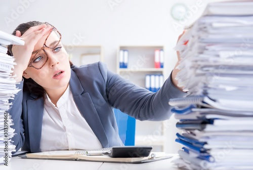 Fotomural  Tired businesswoman with paperwork workload