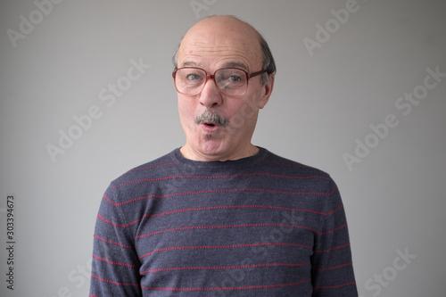 Canvastavla  Senior man in huge glasses in being surprised