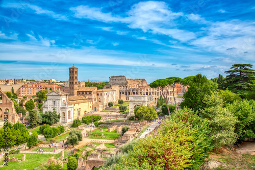 Photo Aerial panoramic cityscape view of the Roman Forum and Roman Colosseum in Rome, Italy