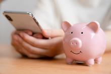豚の貯金箱とスマート...