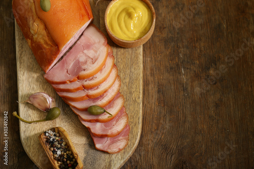 Fotografía  smoked pork knuckle meat with mustard and pickles
