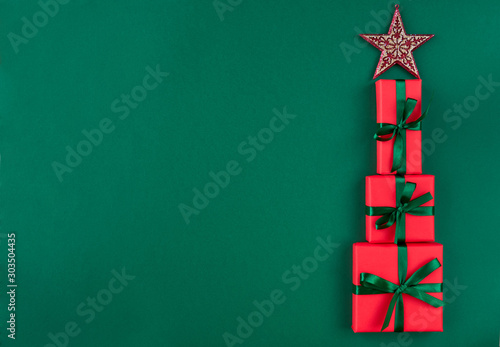 Foto  Christmas tree with gifts boxes