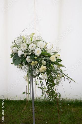 Valokuvatapetti Beautiful flower display consisting of white flowers and greenry