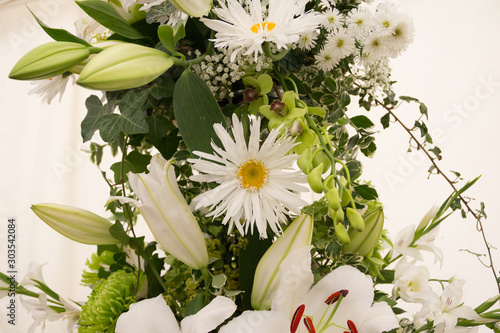 Valokuva Beautiful arrangement of white flowers including lillies and daisies
