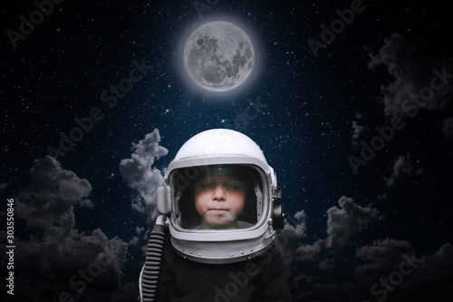 Foto  a small child imagines himself to be an astronaut in an astronaut's helmet