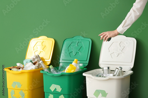Photo Woman throwing garbage into container. Recycling concept