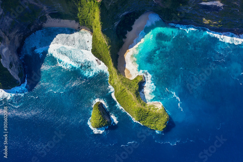 widok-z-lotu-ptaka-na-morzu-i-skalach-azure-wody-w-tle-z-widoku-z-gory-plaza-kelingking-nusa-penida-bali-indonezja-podroz-po-azji