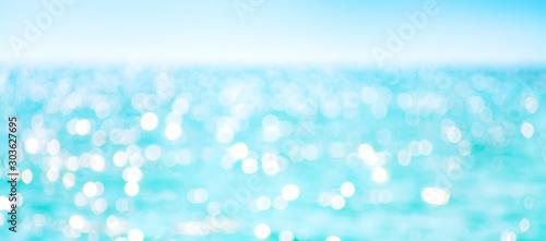 Fotografía Defocused sea water surface glittering on the sun.