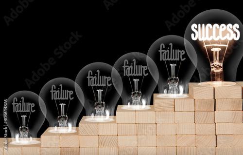 Fond de hotte en verre imprimé Montagne Light Bulbs with Failure and Success Concept