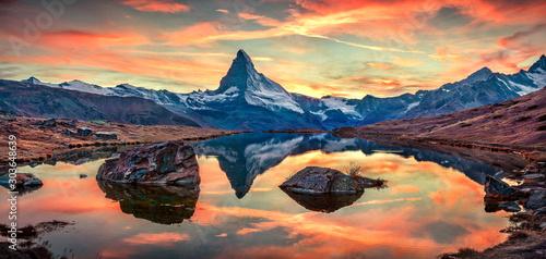 Obraz Jezioro Stellisee z szczytem Matterhorn. Jesień w Alpach Szwajcarskich, Zermatt, Szwajcaria - fototapety do salonu