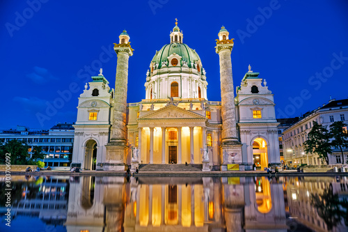 Fotomural  Famous Karlskirche at night in Vienna, Austria