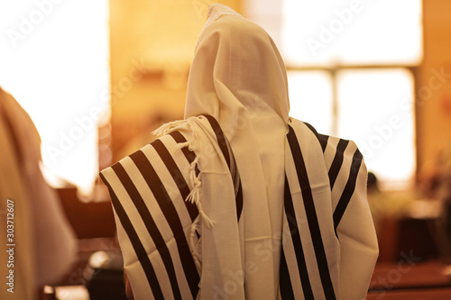 Fotomural Orthodox ultra Orthodox Jew from a tallit in the synagogue
