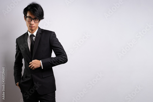 Photo  Portrait of a confident businessman standing isolated over background