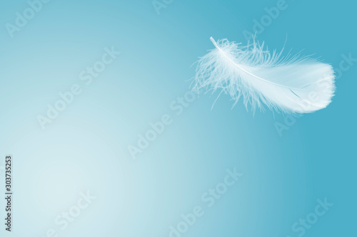 Photo Soft single white feather floating in the air