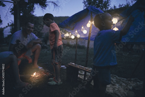Photo Father with children playing under their backyard tent.