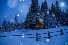 Winterwunderland-Weihnachtskarte-Holzhütte Mit Rauchendem Kamin Und Weihnachtlicher Beleuchtung Einsam Im Verschneiten Wald Bei Mondschein