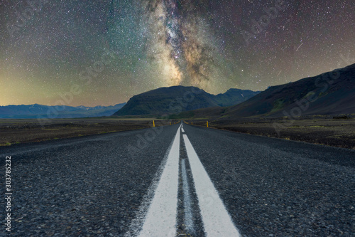 Photo Milky way over mountains at the end of a long road