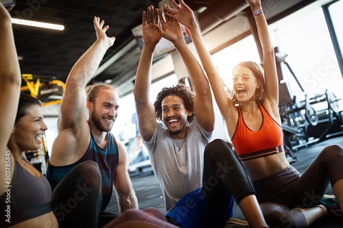 Fotografia  Beautiful fit people working out in gym together