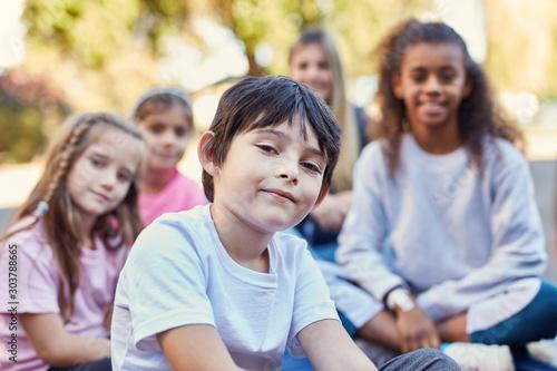 Fotografiet  Junge und Freunde in der Grundschule