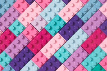 Mnogi blokovi igračaka u različitim bojama čine jedan veliki kvadratni oblik u pogledu odozgo. Igračke i igre. Slobodno vrijeme i rekreacija.