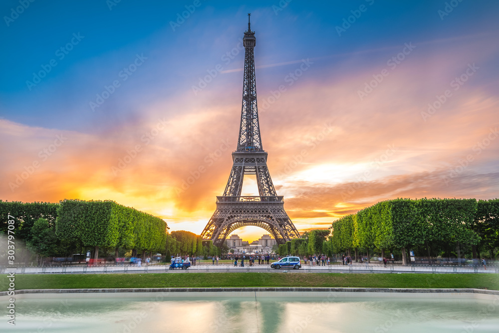 Fototapety, obrazy: Eiffel Tower in Paris, France at dusk