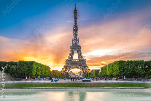 Tuinposter Parijs Eiffel Tower in Paris, France at dusk