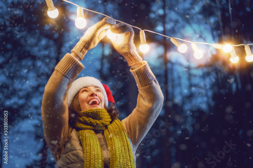woman is decorating home outside Tablou Canvas