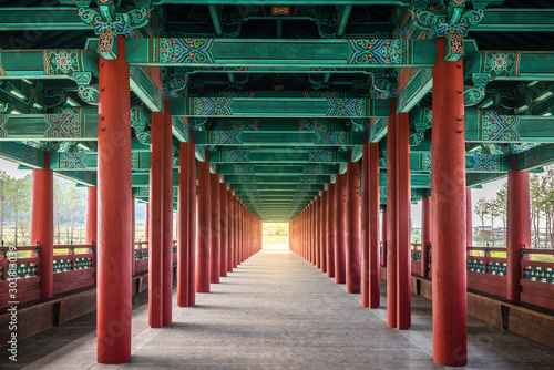 Fotografia  Woljeonggyo covered bridge with perfectly aligned red colonnade Gyeongju South K