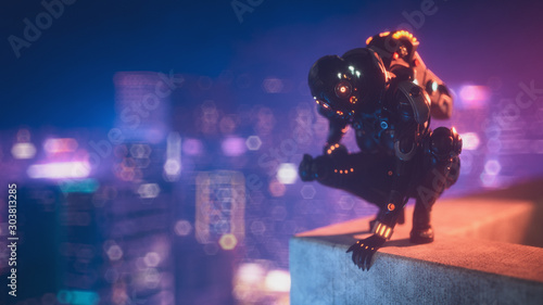 Photo Cyborg female sitting on her haunches on the edge of the concrete roof of tall building looks down at the night city