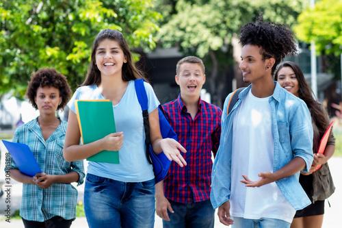 Photo Internationale Studenten auf dem Weg zur Uni