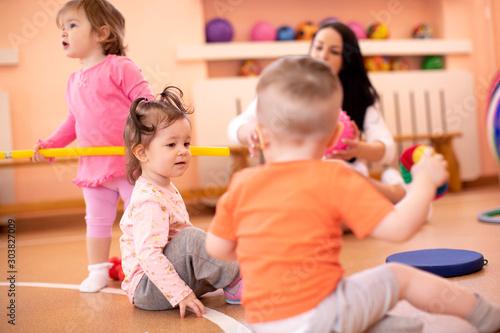 Photo Nursery children with trainer in gym