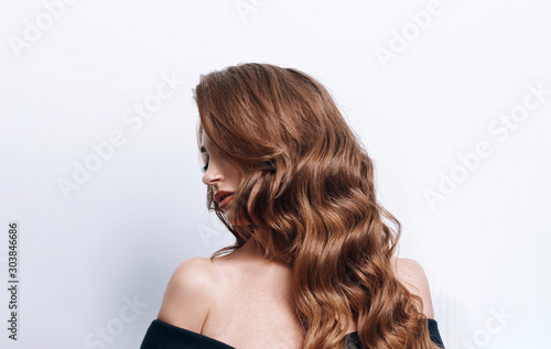 Papel de parede fashionable and luxurious brunette in a motherboard with sequins and healthy str