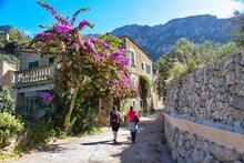 Wanderung Durch Das Dorf Deia ...