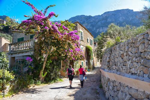 Wanderung durch das Dorf Deia auf der Insel Mallorca Fotobehang