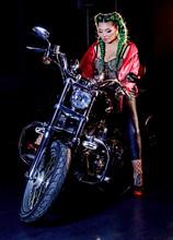 Donna In Sella A Una Moto