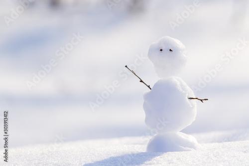 Photo  Snowman on a snow background. Concept: hello