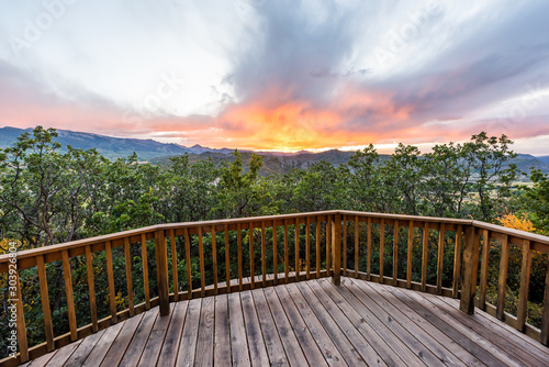 Photo Aspen, Colorado house real estate view with wooden deck railing on balcony terra