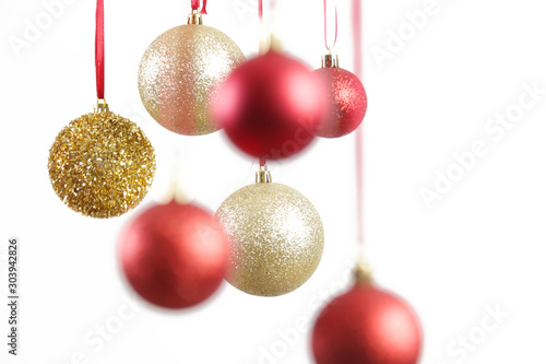 Pinturas sobre lienzo  Gold and red Christmas shiny balls hanging in front of white background