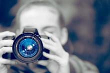 Eine Frau Mit Einer Kamera