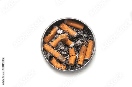 Photo Top view of metallic ashtray full of cigarettes habits on white background