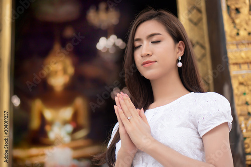 Fotografia  Religious Asian buddhist woman praying
