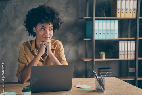 Photo  Photo of cheerful cute pretty agent mixed-race having ended working on presentat