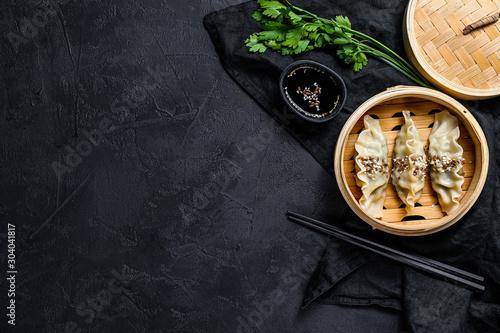 Photo Korean dumplings in a traditional bamboo steamer