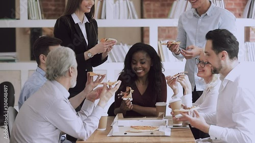 Pinturas sobre lienzo  Happy multiracial young and old businesspeople share pizza in office