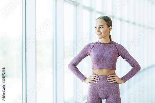 Photo Young woman resting after treadmill work out