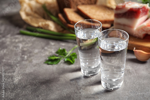 Cuadros en Lienzo Cold Russian vodka with snacks on grey table