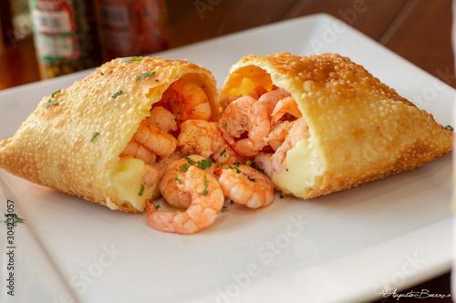 Fotografía Pastel de camarão delicioso em prato branco na mesa de um restaurante,  Deliciou