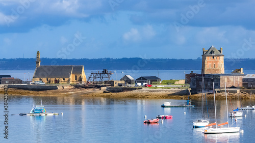 Camaret-sur-Mer, panorama of the harbor with typical houses and boats, the chape Fototapete