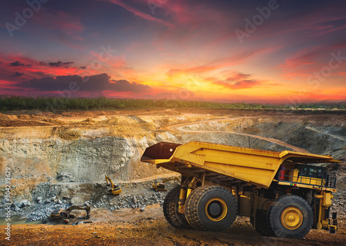 Fotografia Yellow dump truck loading minerals copper, silver, gold, and other  at mining quarry